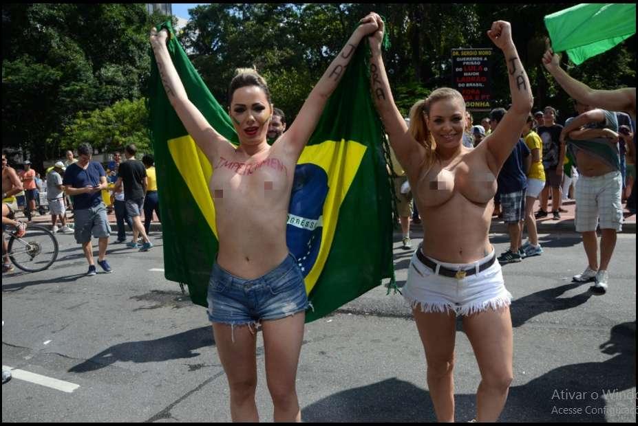 musaprotesto2 - CONFIRA FOTOS: Musas fazem topless no protesto e acabam detidas por atentado ao pudor