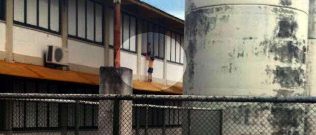naom 56f47f0855479 - Professora é denunciada após pendurar menina em janela de escola