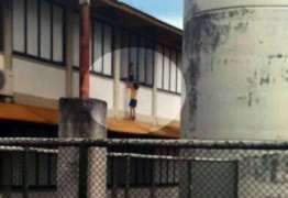Professora é denunciada após pendurar menina em janela de escola