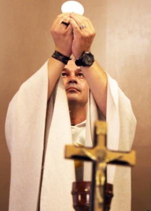roberto francisco daniel o padre beto durante a consagracao da hostia 1458585575725 300x420 - Padre excomungado cria igreja que apoia a comunidade LGBT e sexo por prazer