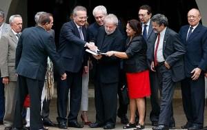senadores PMDB com Lula 300x189 - Após café com Lula, senadores do PMDB se unem ao PSDB