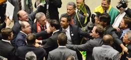 MADRUGADA DE VERGONHA: Agressões entre deputados foi o tom dos debates sobre impeachment