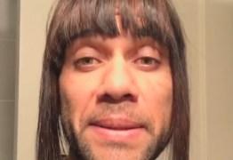 Daniel Alves imita namorada e pode acabar punido pelo Barcelona