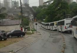 Ribeirinhos queimam pneus para protestar contra enchente em João Pessoa
