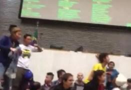 Estudantes secundaristas invadem Assembleia Legislativa de São Paulo; VÍDEO