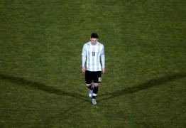 Irritado com marcação de falta Messi não cumprimentou assistente brasileiro após vitória da Argentina
