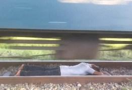 Homem arrisca a vida e fica deitado em trilhos durante passagem de trem – VEJA VÍDEO