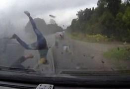 Passageiros sobrevivem após serem lançados para fora de carro em acidente; IMAGENS FORTES