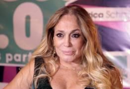Susana Vieira causa ao passear de pelúcia motorizada em shopping