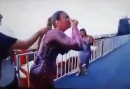 VEJA VÍDEO: Ivete Sangalo cheira pó branco antes de show e levanta questionamentos