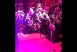 VEJA VÍDEO: Thalia 'se joga' na plateia de show e tem zíper aberto por fã indiscreto