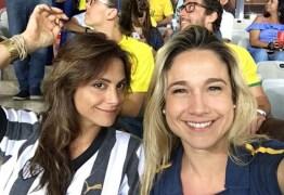 Fernanda Gentil assiste a jogo do Brasil ao lado da namorada