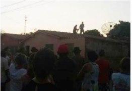 ASSISTA: homem armado sobe em casas e causa confusão no Sertão