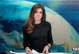 VEJA VÍDEO: Apresentadora de jornal se descuida e deixa calcinha à mostra ao vivo