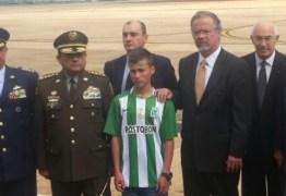 Garoto que ajudou no resgate dos Chapecoense recebe homenagem