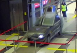 'Por amor', motorista bêbado invade aeroporto com carro – VEJA VÍDEO