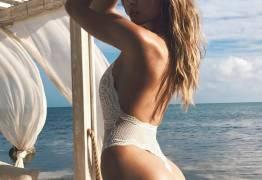 Culote negativo? Josephine Skriver exibe o corpaço em praia da Florida