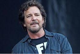 Cantor Eddie Vedder doa 30 mil reais a família que seria despejada