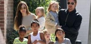 o casal angelina jolie e brad pitt passeia com os seis filhos pelas ruas de nova orleans 20311 1400679232345 615x300 300x146 - Brad Pitt fica irritado após Angelina Jolie levar um dos filhos do casal para festa
