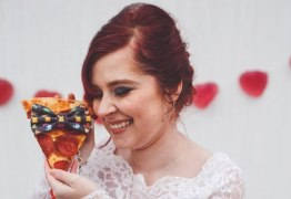 Mulher faz ensaio de casamento com seu grande amor: uma pizza
