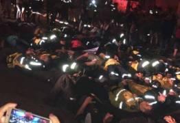 Agentes da Lei Seca deitam no chão em protesto contra 'assassinato' de Diogo Nascimento