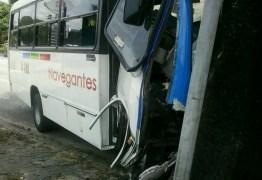 Motorista sofre infarto e ônibus bate em poste na Avenida Epitácio Pessoa; IMAGENS FORTES