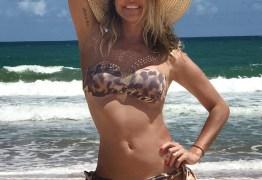 Deborah Secco exibe boa forma em praia do Nordeste