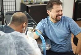 Prestes a cantar sozinho, Xand Avião muda nome artístico e tatua nova marca no braço