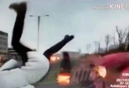 VEJA VÍDEO: Mulher se distrai com celular, avança sinal e atropela pedestres