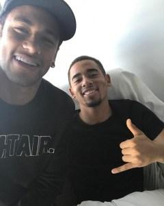 "jesus neymar 240x300 - Neymar visita Gabriel Jesus no hospital em Barcelona: ""Tamo junto fiote"""