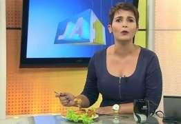 Apresentadora de jornal almoça na bancada durante programa
