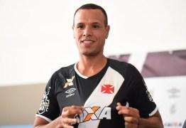 Luís Fabiano se apresenta no Vasco e descarta enfrentar o Flamengo