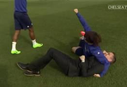 VEJA VÍDEO – David Luiz enlouquece e dá golpe de luta-livre em repórter