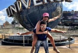 Zezé Di Camargo curte férias em Orlando com a namorada