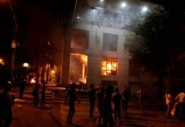 Senadores aprovam reeleição presidencial no Paraguai; manifestantes invadem e põem fogo no Congresso – VEJA VÍDEOS