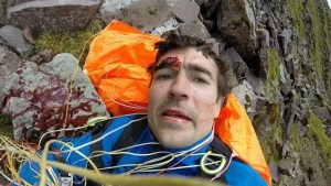 paraquedas selfie 1 300x169 - Piloto de parapente faz selfie após bater em montanha e quebrar cinco vértebras