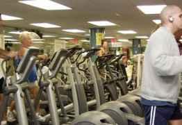 Música alta em academias pode causar danos à audição