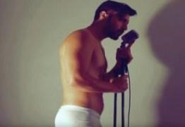 Vídeo: cantor faz sucesso no Youtube ao se apresentar apenas de cueca