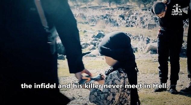 siris crianca 2 - Estado Islâmico choca em vídeo onde criança de 6 anos auxilia em dupla decapitação - VEJA VÍDEO