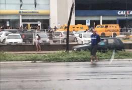 VEJA VÍDEO: Bandidos roubam carro-forte e trocam tiros com vigilantes de banco