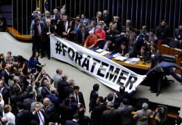 Deputadores opositores ocupam Câmara pedindo renúncia de Temer