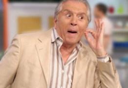 """Carlos Alberto é apunhalado por atriz traíra, pede demissão do SBT e tira paz de Silvio Santos: """"Volta"""""""