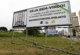 Grupos anti-Lula espalham outdoors contra o ex-presidente em Curitiba