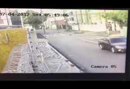 """VEJA VÍDEO: Homem tenta atropelar travestis, causa morte de motoqueiro e diz que foi """"tentativa de assalto"""""""