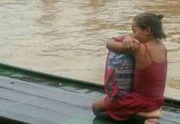 Foto de menina resgatada de enchente abraçada a seus livros comove a web