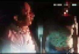 Homem dirigindo bêbado e de cueca tenta vestir bermuda pela cabeça