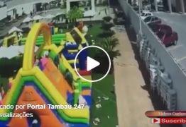 VEJA VÍDEO: Ventania leva brinquedos infláveis e crianças se machucam