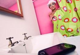 Você deixa o celular no banheiro enquanto toma banho? Pare imediatamente