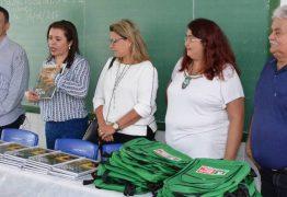 Alunos de Santa Rita recebem fardamento e kit escolar da Prefeitura