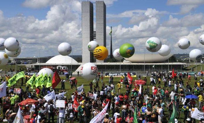 manifestação e1538921839119 - Estadão fala em pacto nacional para combater histeria pós-eleição